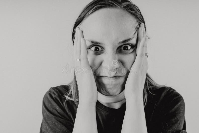 一个疯狂的人的情感画象特写镜头的 概念:神经衰弱、精神病、头疼和偏头痛 黑色和W 免版税图库摄影
