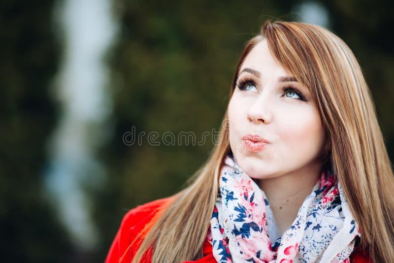 一个疯狂美丽的女孩,构成的特写镜头画象有明亮的眼睛的 妇女是休息,摆在为照相机 免版税库存照片