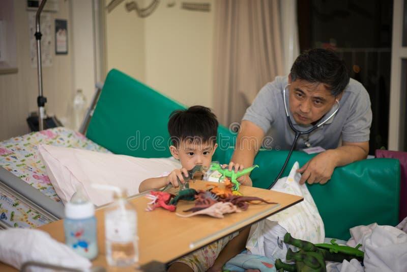 一个病的男孩在医院 库存照片