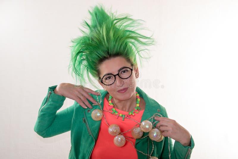 一个白种人女孩一件绿色礼服的和有绿色头发的为假日做准备 主要类的老师的衣服 布加勒斯特c e办公室 免版税库存图片
