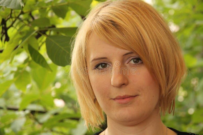 一个白肤金发的女孩的纵向 库存图片