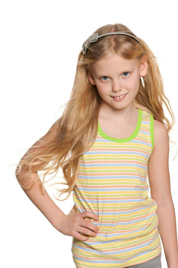 一个白肤金发的女孩的画象有振翼的头发的 免版税库存照片