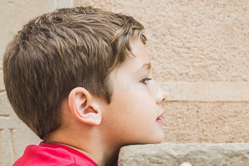 一个白肤金发的孩子的画象外形的 免版税库存照片