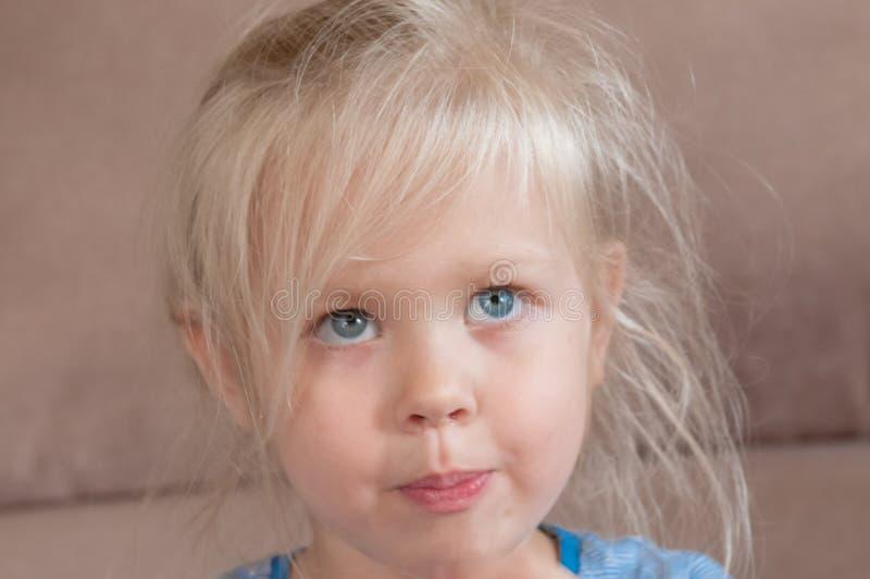 一个白肤金发的小女孩的情感 免版税图库摄影
