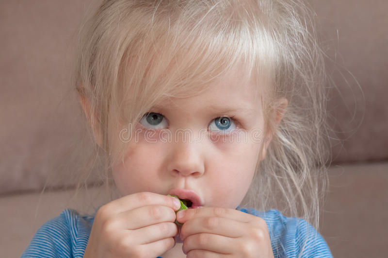 一个白肤金发的小女孩的情感 库存图片