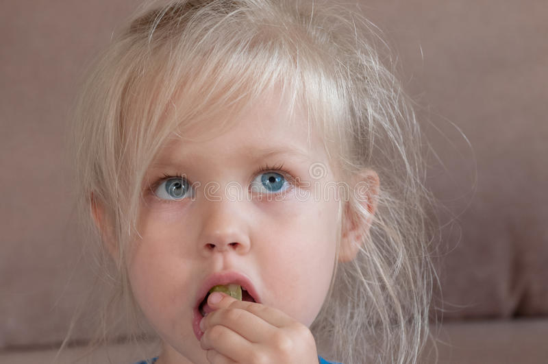 一个白肤金发的小女孩的情感 免版税库存图片