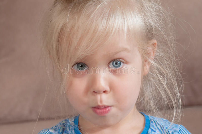 一个白肤金发的小女孩的情感 免版税库存照片