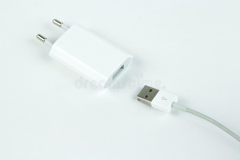 一个白色充电器的特写镜头和白色usb缚住 查出 免版税库存照片
