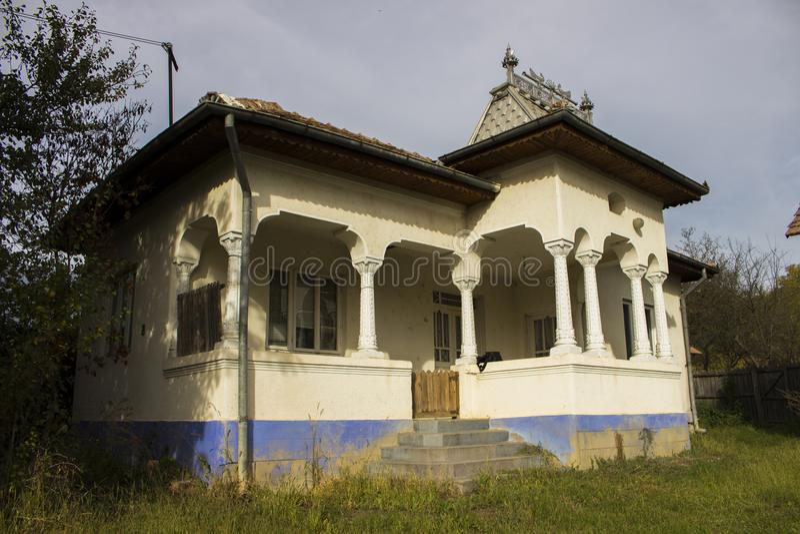 一个白色农村白垩房子 免版税图库摄影