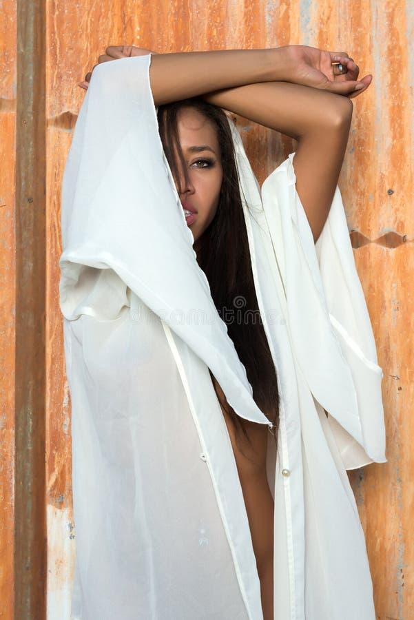 Download 一个白色套的多种族妇女 库存图片. 图片 包括有 brunhilda, 赤裸, 性感, 人种间, 盖子, 投反对票 - 72355593
