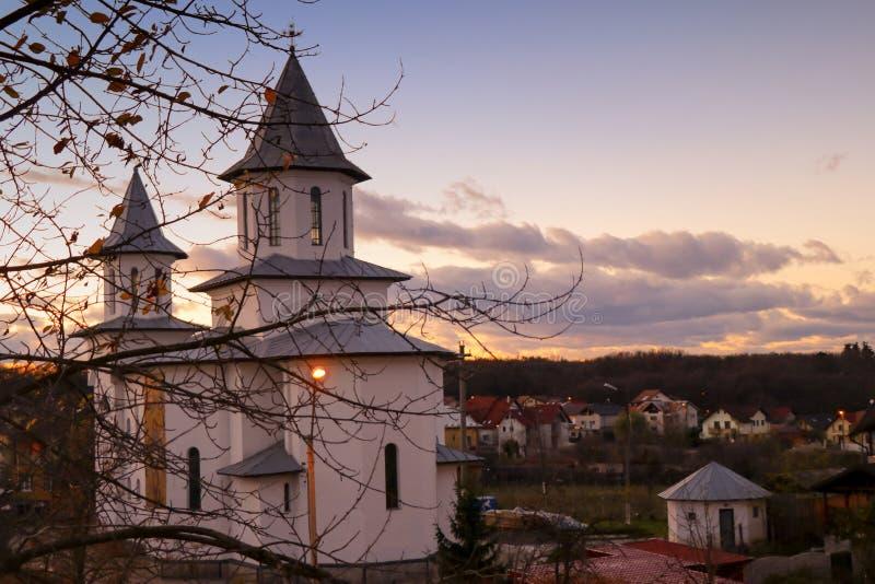 一个白色教会和美丽的天空 库存照片