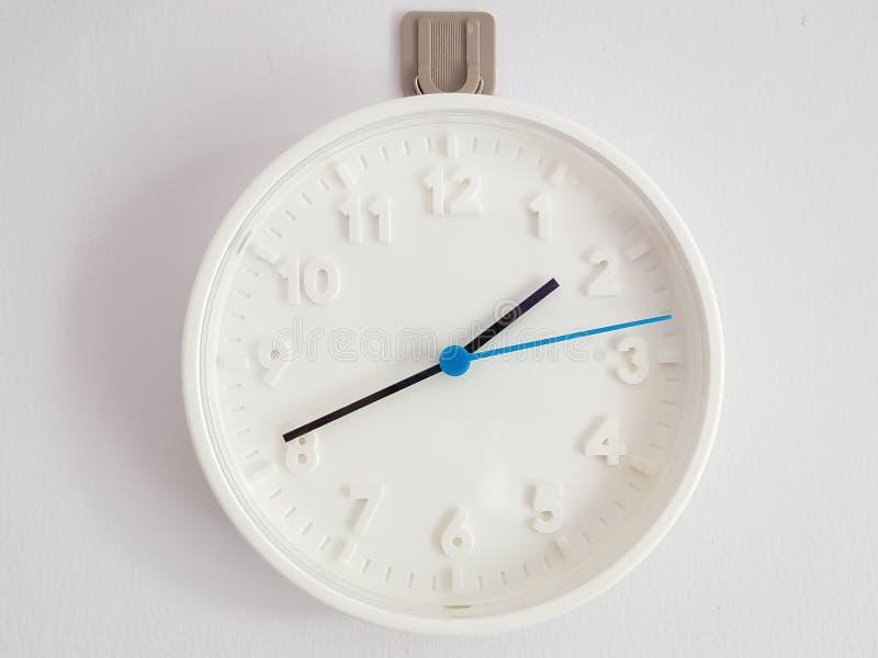 一个白色时钟的背景影像 免版税库存照片