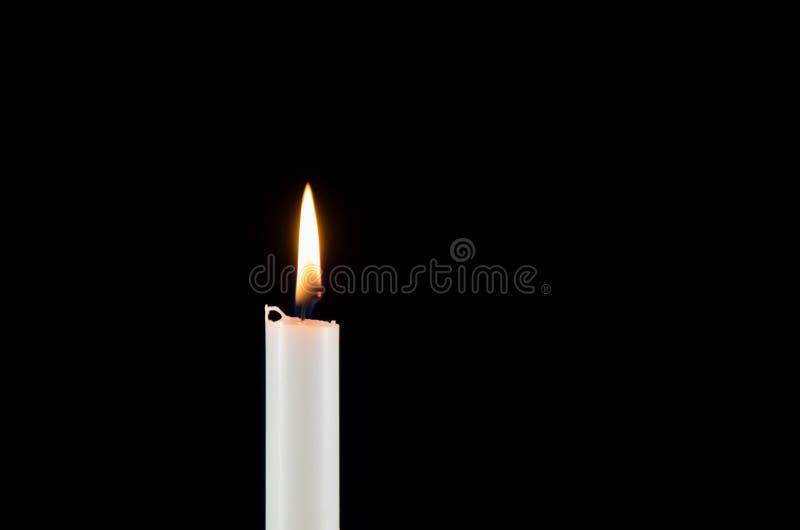 一个白色灼烧的蜡烛 免版税库存照片