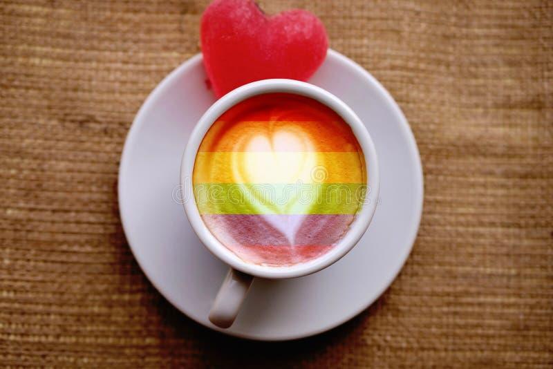 一个白色的杯子,上面有咖啡和果酱心,站在柏拉布的窗台上,孤独 LGBT自然模式,复古 库存照片