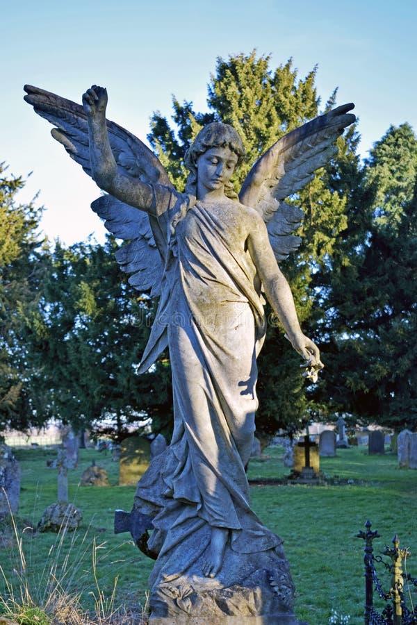 一个白色石天使在坟园塑造了mounument 免版税库存图片