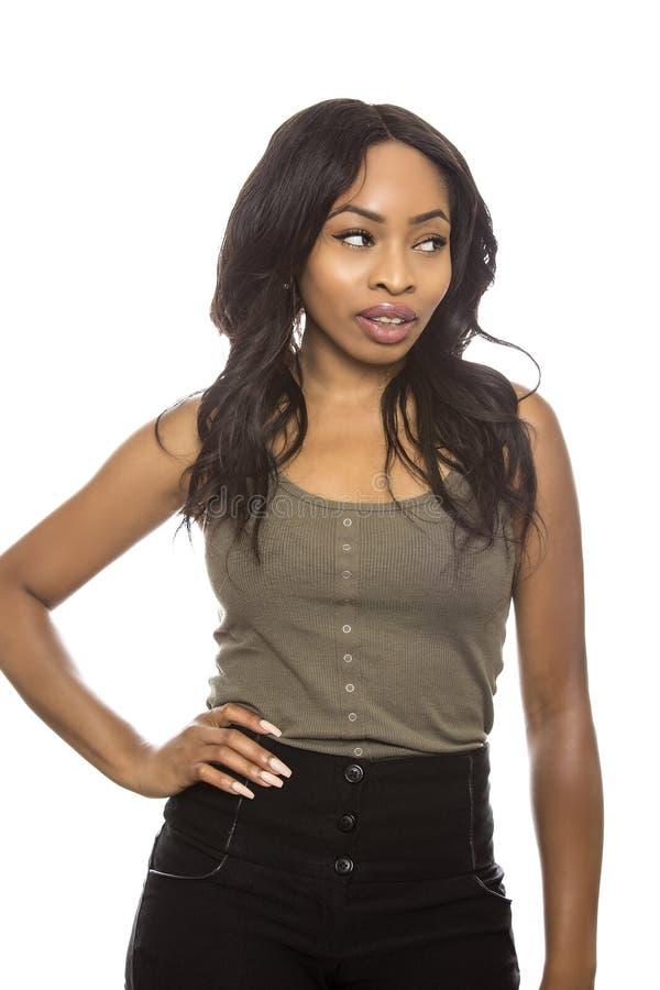 一个白色背景傲慢姿态的黑色女性 免版税库存照片