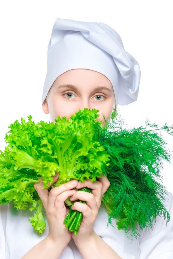 一个盖帽的女孩厨师有一束的莴苣和莳萝 库存图片