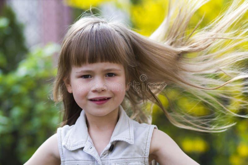 一个相当小长发白肤金发的学龄前女孩的画象 库存图片