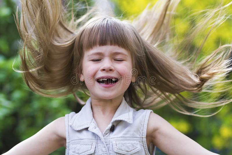 一个相当小长发白肤金发的学龄前女孩的画象 图库摄影