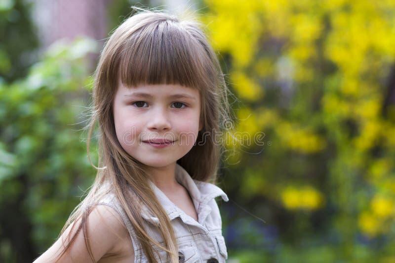 一个相当小长发白肤金发的学龄前女孩的画象 免版税库存照片