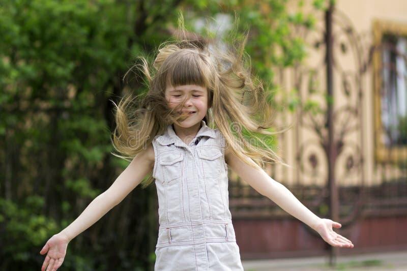 一个相当小长发白肤金发的学龄前女孩的画象 库存照片