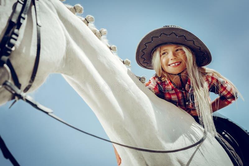 一个相当微笑的女孩的低角度 免版税库存照片