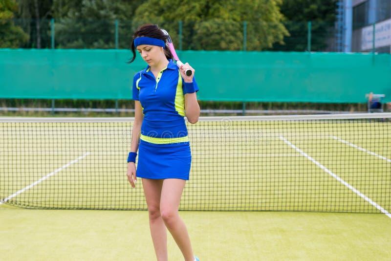 一个相当年轻网球员的画象法院的 免版税库存图片