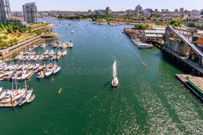 一个看法从上面在有江边的一个现代城市,高层 免版税图库摄影