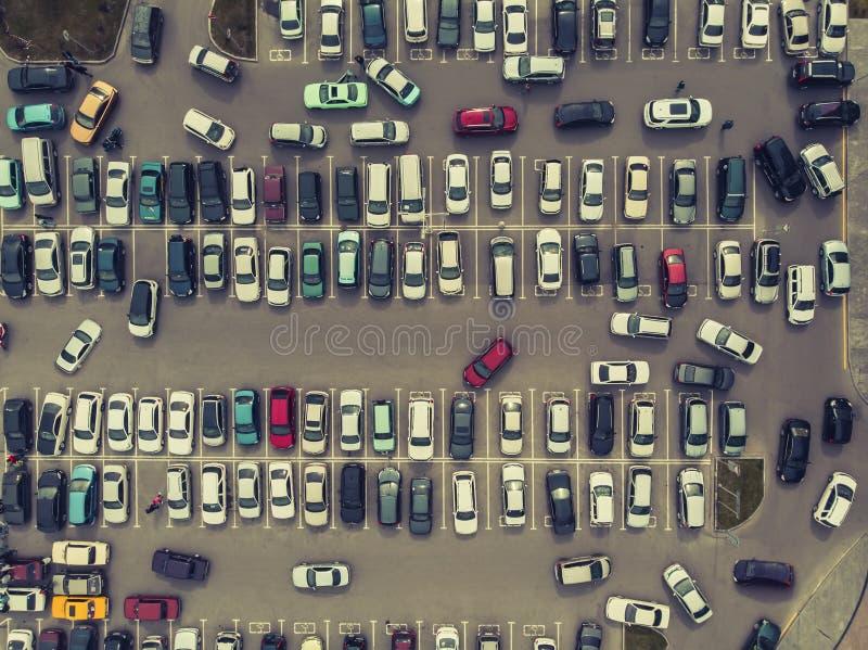 一个看法从上面对汽车停车处的过程 在停车场的繁忙运输 搜寻空间在繁忙的停车场 公园 免版税库存照片