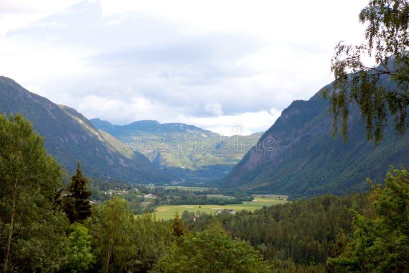 一个看法在酷寒北风的挪威山岭地区 华美的挪威自然 库存图片