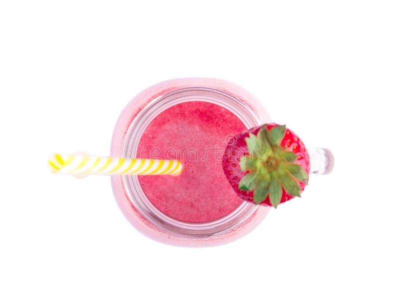 一个看法从上面在金属螺盖玻璃瓶的一名新鲜和甜草莓圆滑的人,隔绝在白色背景 有机和桃红色饮料 免版税库存照片
