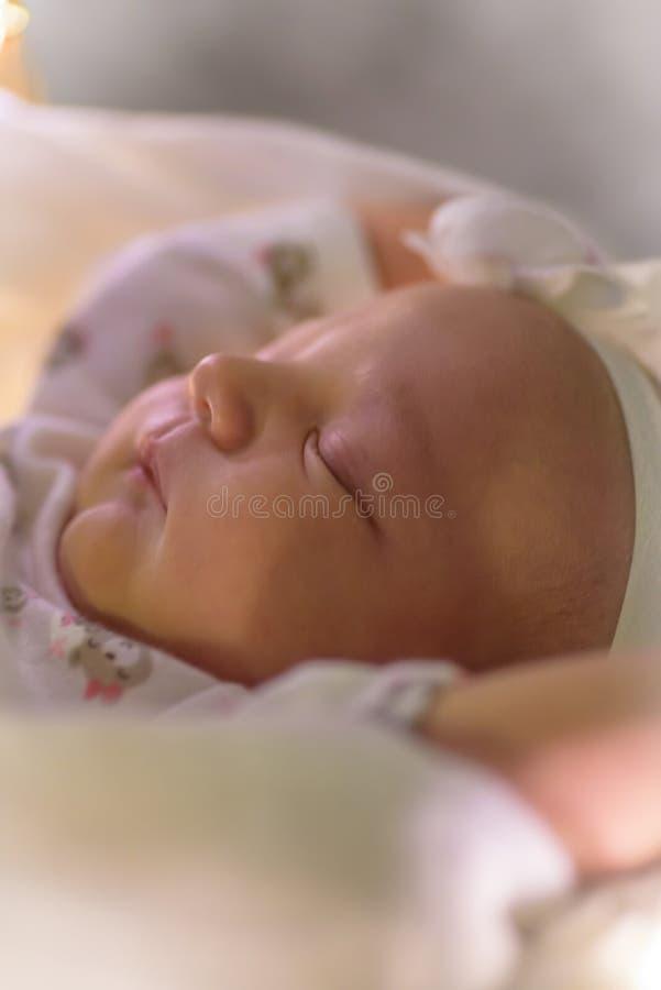 一个睡觉的新出生的女婴的特写镜头 免版税库存照片