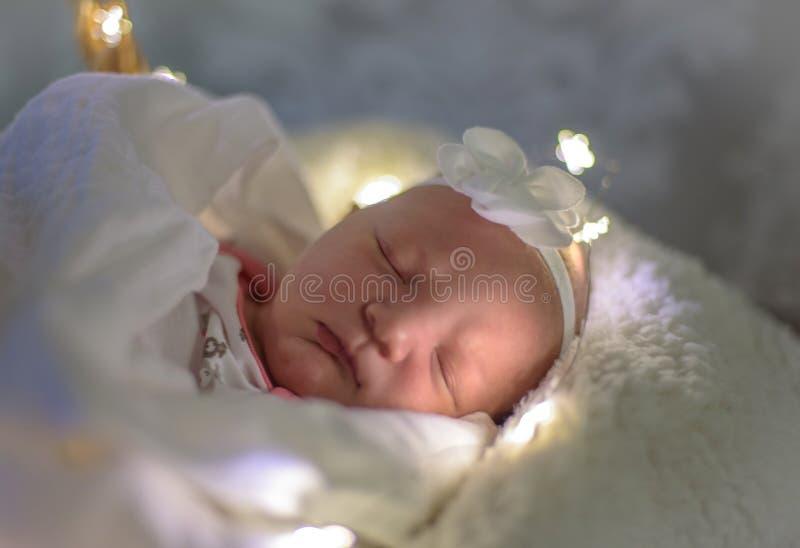 一个睡觉的新出生的女婴的特写镜头 免版税库存图片