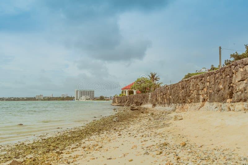 一个石墙的风景沿海洋的 免版税库存照片