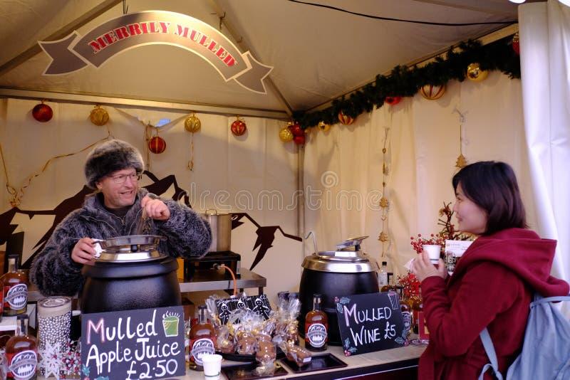 一个研磨器酒铺的卖主和客户在格林威治市场上的 免版税图库摄影