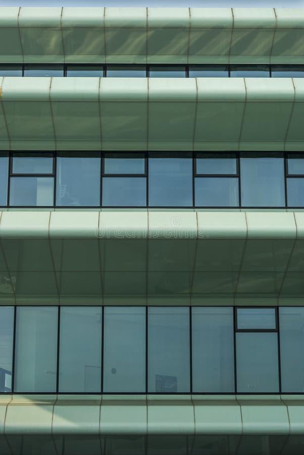 一个研究所的一个现代,未来派门面的部份看法与许多的玻璃和特别太阳保护 免版税库存照片