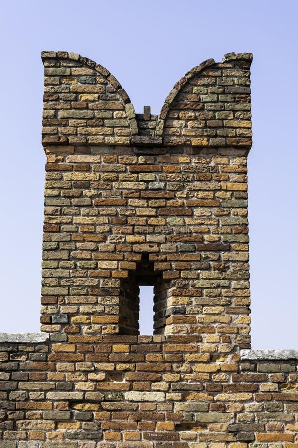 一个砖swallowtail城垛的细节在蓬特Scaligero的在阿迪杰河,维罗纳 免版税库存照片