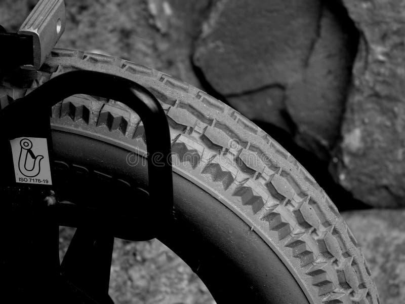 一个硬橡胶轮胎的踩造型 库存照片