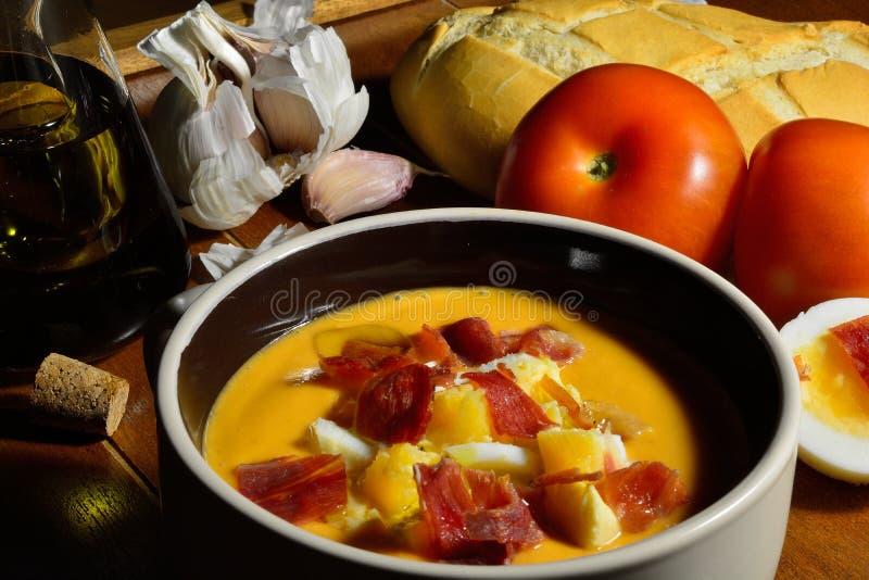 一个碗,典型的冷的汤的高角度拍摄有西班牙salmorejo的做用蕃茄,面包,橄榄油和大蒜,冠上了与 免版税库存图片