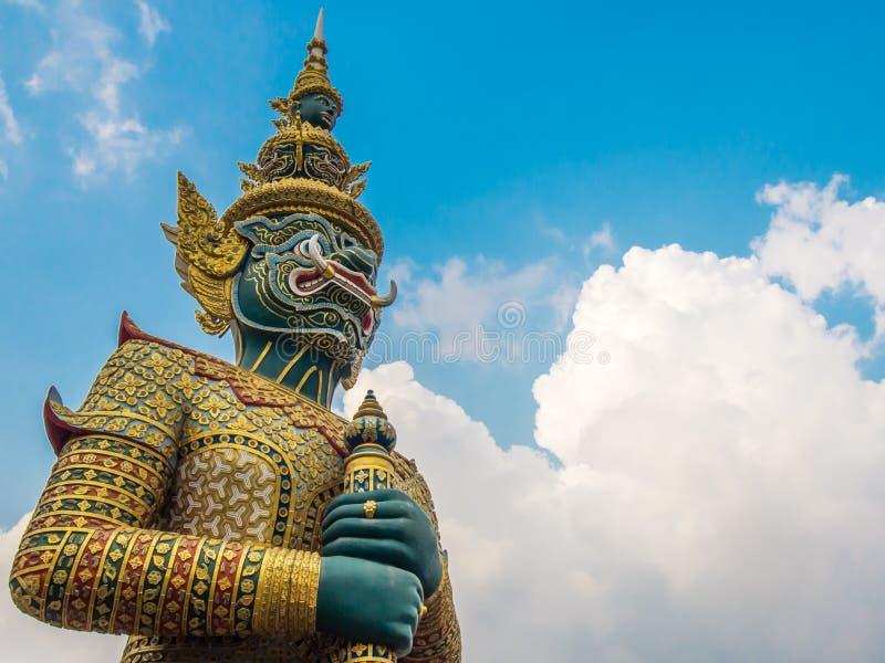一个神话巨型雕塑庄严地并肩作战象保护的监护人,根据地方泰国相信 库存照片