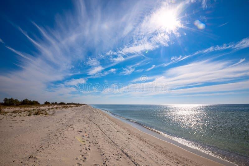 一个离开的海滩的令人惊讶的看法在一个晴朗的早晨 免版税库存图片