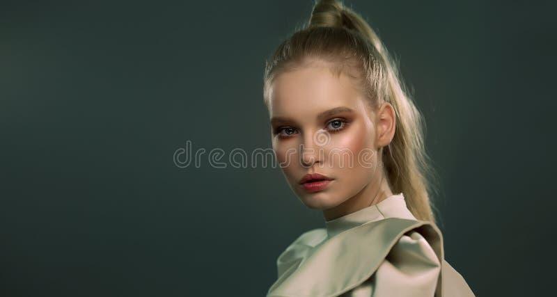 一个种族妇女的画像 时尚 绿色和金色的色调 免版税图库摄影