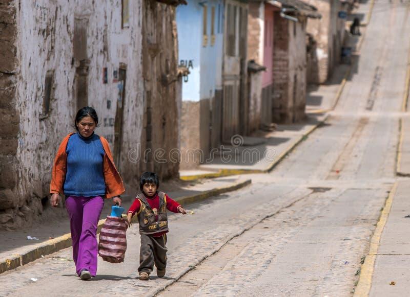 一个秘鲁夫人和孩子在Maras在秘鲁 免版税库存图片