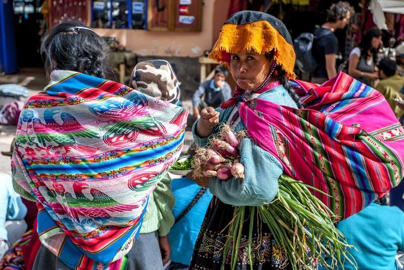 一个秘鲁夫人在市场上在Pisac位于印加人的神圣的谷在秘鲁 免版税库存图片