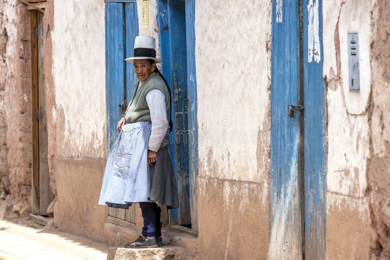 一个秘鲁夫人在Maras在秘鲁 免版税库存图片