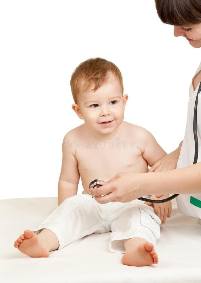 一个空白背景的医生检查的子项 免版税库存图片