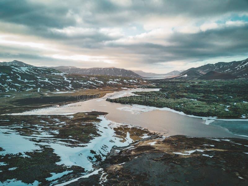 一个空的湖的空中寄生虫照片在距离的一座巨大的火山的山Snaefellsjokull,雷克雅未克,冰岛 免版税库存图片