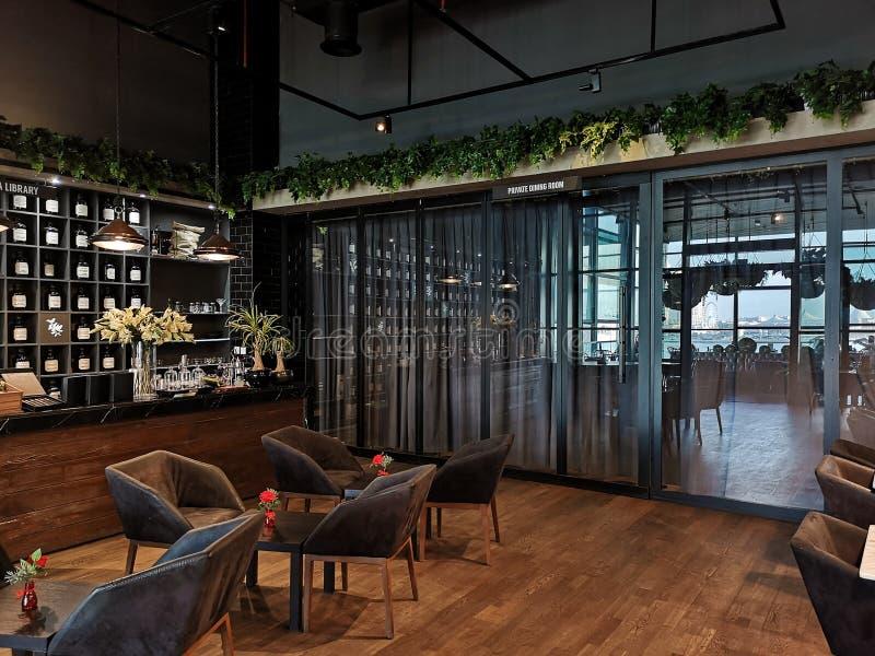 一个空的餐馆和咖啡馆的美好的室内设计 免版税库存照片
