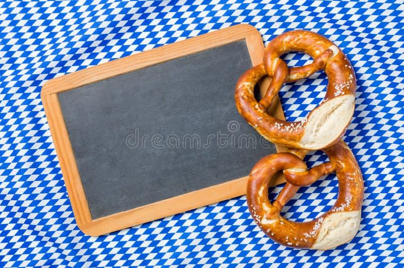 一个空的黑板用在一个巴法力亚金刚石样式的椒盐脆饼 库存图片