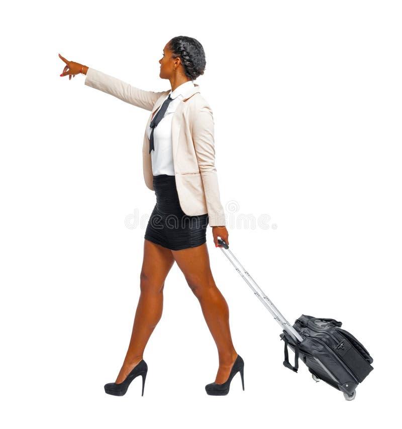一个穿着正装走路的黑人 库存照片